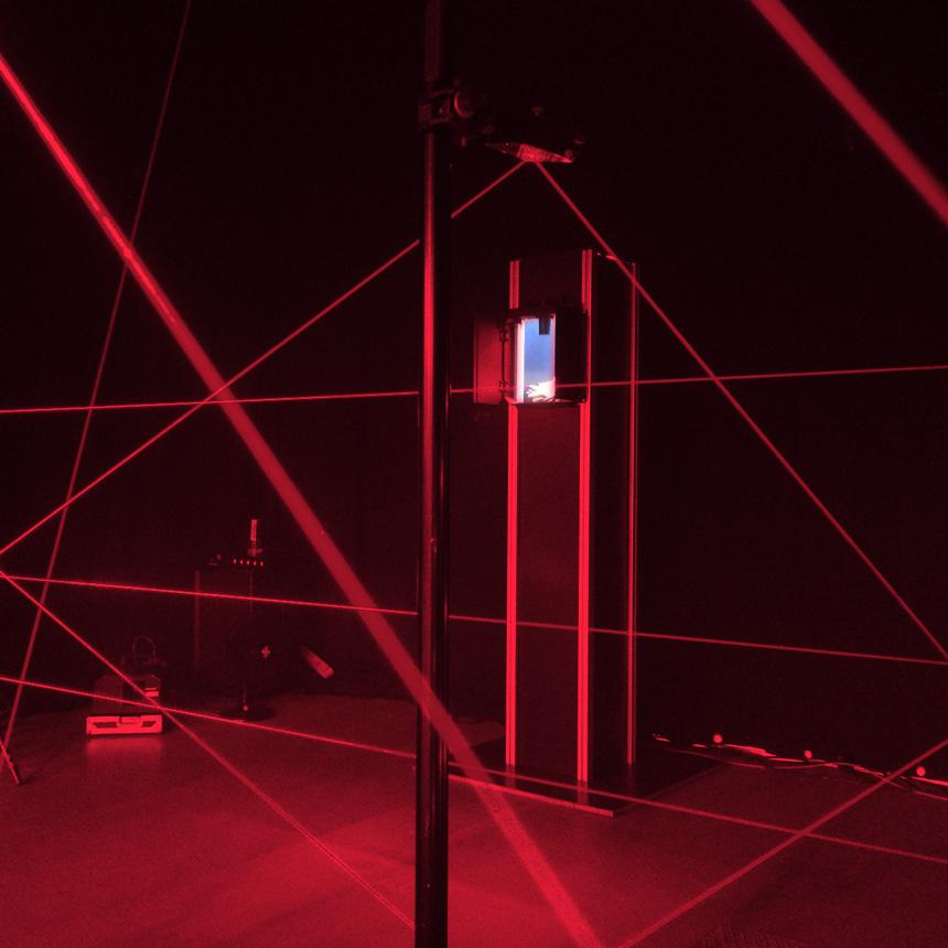Ein Lasergeflecht im Laser Maze mit dahinterliegender Schatz-Vitrine