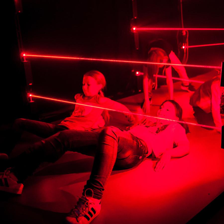 Kinder überwinden den Laser Maze beim Wettkampf Modus